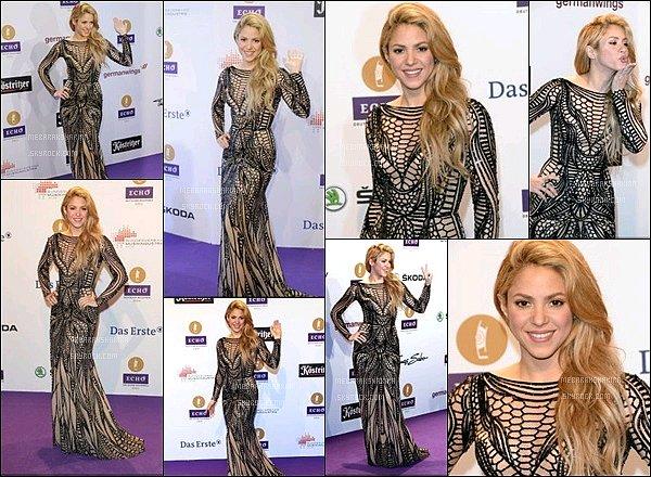 27 mars 2014 : Shakira était présente sur le tapis rouge des Echo Awards en Allemagne Elle était MAGNIFIQUE ! J'adore sa longue robe, elle lui allait à ravir, S. a fait une très belle performance lors de cette cérémonie.