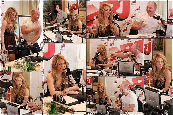 28 mars 2014 : Shakira s'est rendu dans les studios de la radio NRJ et a donné une interview à Cauet Shakira a également pris des photos avec des fans très chanceux, elle était magnifique avec cette petite robe bordeaux ! :)