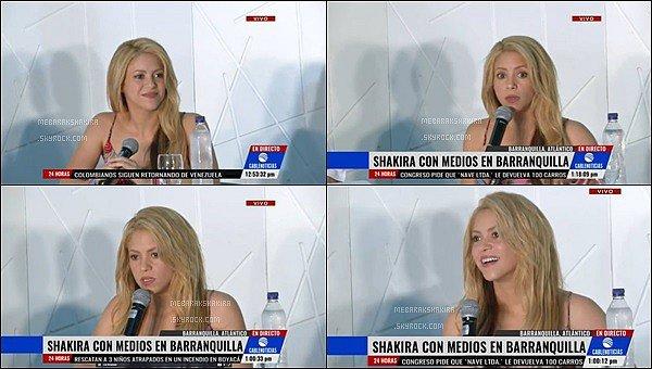 21 mai 2016 : Shakira était présente à une conférence de presse à l'hôtel Dan Carlton à Baranquilla S. était vraiment sublime ! J'A-DORE sa tenue ! Ce mélange de motifs coloré est génial, le pantalon est super joli ! Et vous, vous aimez ?