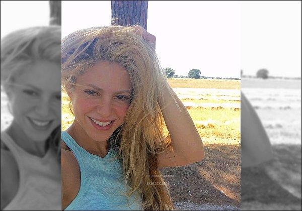 """7 Juillet 2016 : Shakira a posté un nouveau selfie, Légende """"Ne manquez pas la façon dont a été réalisé ce selfie ! Shak"""" + Vous pouvez voir des gifs de la vidéo """"C'est ainsi que les filles font pour faire un selfie, Shak"""""""