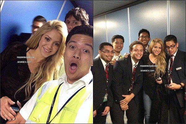 6 avril 2014 : Shakira a pris quelques photos avec des fans à l'aéroport de Las Vegas Les employés de l'aéroport ont eu énormément de chance de tomber sur la ravissante colombienne ! Toujours aussi adorable :)