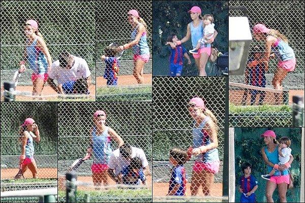 6 Septembre 2016 : Shakira et sa petite troupe sont allés jouer au tennis à Barcelone en Espagne Shakira est adorable avec ses fils. J'aime beaucoup son petit short rose avec son débardeur bleu turquoise, au TOP pour faire du sport !