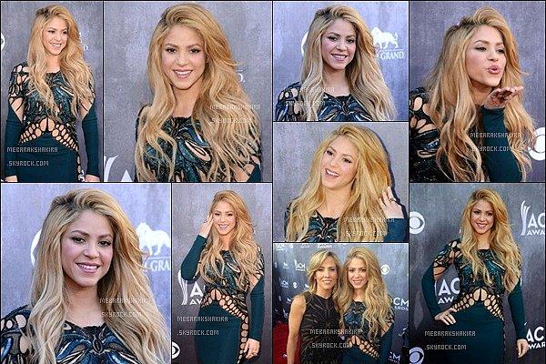 6 avril 2014 : Shakira arrivant sur le tapis rouge des ACM Awards à Las Vegas S. était plus que parfaite ! J'aime énormément sa robe. Son maquillage était au TOP ainsi que sa magnifique chevelure *_*