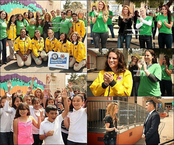 22 avril 2014 : Shakira & sa Team The Voice sont venu dans une école de Los Angeles