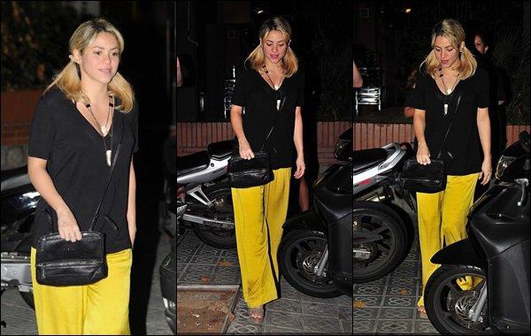25 Septembre 2012 : Shakira et Gerard sont allés manger dans un restaurant dans la capitale espagnole Ils sont mignons tous les deux, Shakira est absolument magnifique avec ses petites couettes et son pantalon jaune, J'adore !