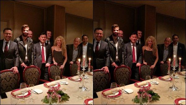 16 Novembre 2016 : Shakira et Gerard ont dîné avec les nouveaux sponsors du FC Barcelona Shakira était toute jolie dans cette petite robe, j'aime bien ses cheveux ondulés, elle est toujours aussi ravissante et souriante