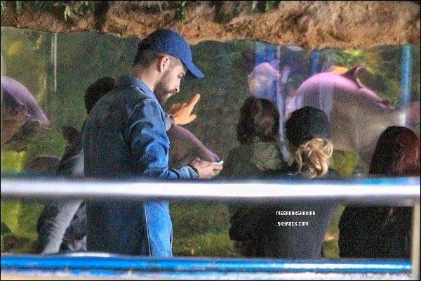 15 avril 2014 : Shakira, Gérard & Milan ont visité en famille l'aquarium de Barcelone Ils sont mignons tous les trois, Milan a l'air fasciné par les poissons, ça fait plaisir de voir la jolie petite famille ainsi :)