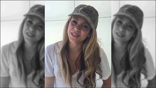 19 Juin 2016 : Shakira a pris quelques photos avec des fans durant son séjour sur l'île de Ré en Vendée La jolie blonde était superbe, j'aime beaucoup son pantalon coloré, ce genre là lui va à merveille ! Et vous, vous aimez ?