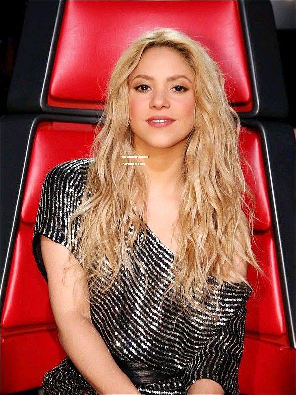 21 avril 2014 : Nouvelle photo promotionnelle de Shakira pour la saison 6 de The Voice Shakira était ravissante encore une fois ! J'aime assez son haut à rayures ainsi que ses cheveux légèrement ondulés