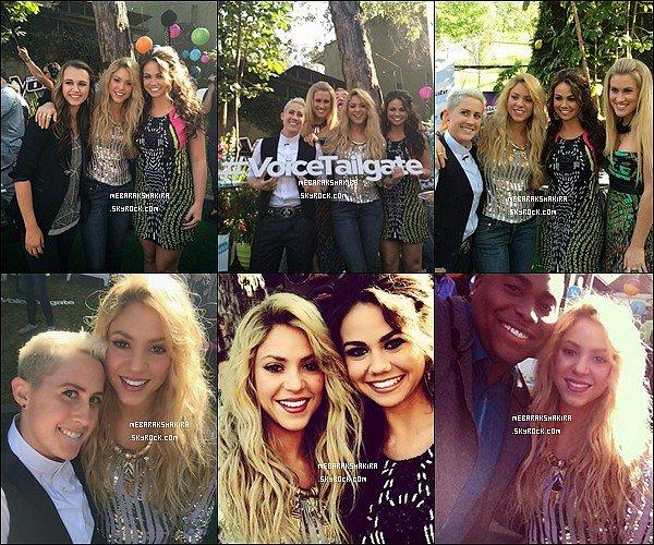 22 avril 2014 : Shakira avec des participants de la sixième saison de The Voice aux Etats-Unis Shak était superbe avec les membres de sa Team, J'aime beaucoup son petit haut, elle était encore une fois au TOP !