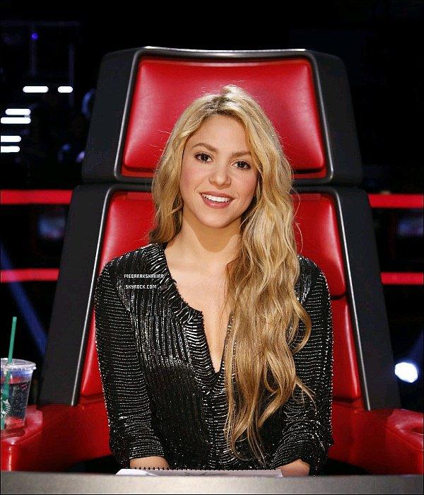 """29 avril 2014 : Shakira au 20eme épisode de The Voice performant """"The One Thing"""" avec Tess & Kristen"""