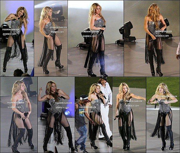 4 mai 2014 : Shakira a posté une adorable photo de son fils Milan sur son compte Twitter pour la fête des Mères : Bonne fête des mères ! De l'autre maman ! Bisous ! Shak