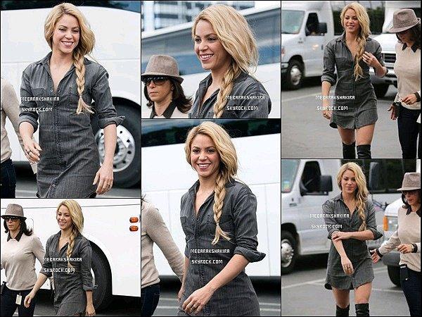 6 mai 2014 : Shakira arrivant à l'émission EXTRA à Los Angeles. Elle est resplendissante !