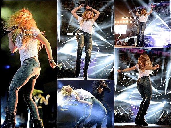 10 mai 2014 : Shakira a donné une interview puis est monté sur scène lors d'un concert au Wango Tango Elle était tellement magnifique ! J'adore son jean tacheté et son T shirt blanc avec le coeur au milieu, elle a tout déchiré sur ces scène !