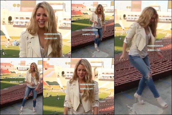 """27 mai 2014 : Shakira a posté une nouvelle vidéo sur son compte Instagram d'elle très souriante """" frappant dans le ballon en haut talons avec @TMobileLatino"""". Photos extraites de la vidéo, retrouvez-la ici en entier"""