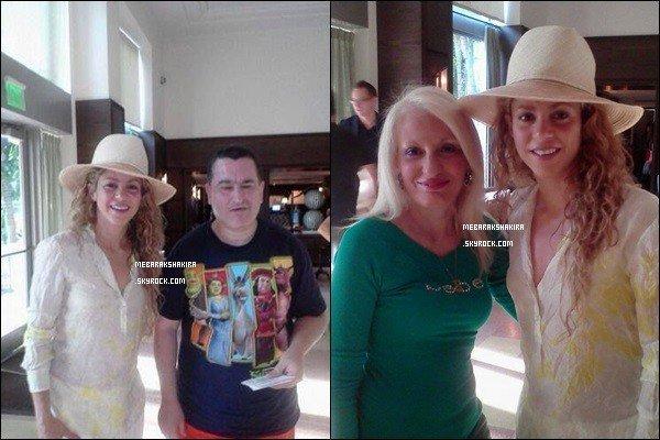 29 juin 2014 : Shakira a fait une photo avec une fan à Miami, S est trop mignonne avec son chapeau