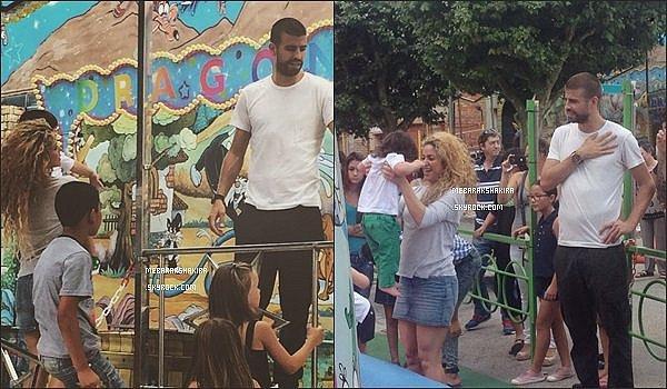 4 août 2014 : Shakira dans une boutique à Barcelone, ville où elle habite avec Gérard depuis 2011