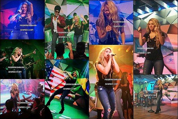 10 juillet 2014 : Shakira & Carlinhos Brown ont chanté La la la sur le plateau de l'émission Fantastico