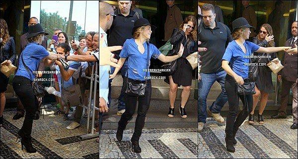 13 juillet 2014 : Shakira à la sortie de son hôtel acclamé par ses nombreux fans au Brésil