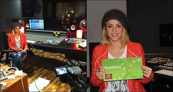"""26 février 2012 : Gerard Piqué a posté une photo de Shakira lors du partie de Scrabble  Légende du post : """"Je suis en train de battre quelqu'un au Scrabble!! Regardez sa petite tête…"""" elle me fait rire :p"""