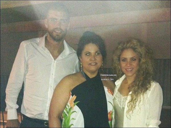 26 juillet 2014 : Shakira, Gérard & Susanna Del Saz prenant une photo ensemble à Barcelone