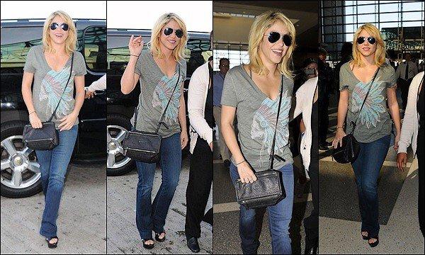10 Juin 2012 : Shakira a été vu à l'aéroport de LAX à Los Angeles pour se rendre en Pologne La belle allait retrouvé son chéri de footballeur afin de le soutenir, j'adore son tee shirt, ce look lui va super bien ! :)