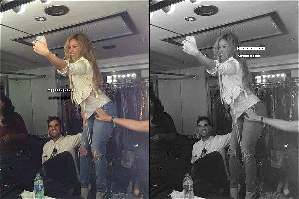 7 août 2014 : Shakira a posté une nouvelle photo sur Twitter d'elle faisant un selfie à Los Angeles