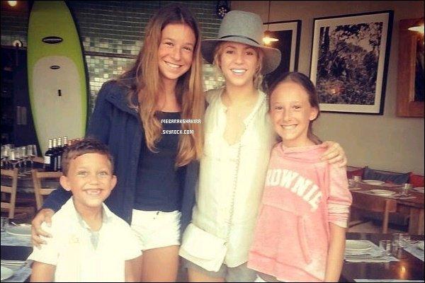 12 août 2014 : Shakira a pris une photo avec des fans qui ont eu la chance de la croiser dans un restaurant à Barcelone