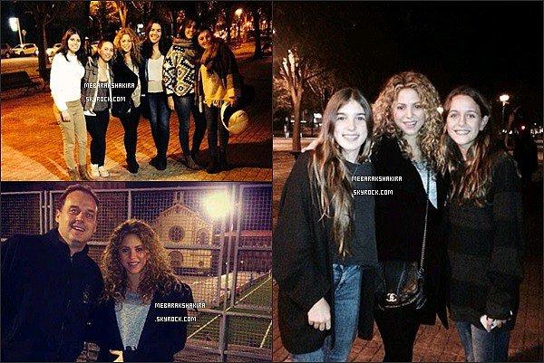 1er décembre 2014 : Shakira s'est laissé prendre en photos avec quelques fans dans Barcelone