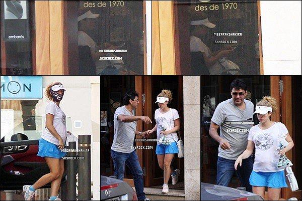 22 Octobre 2014 : La jolie Shakira & son frère Tonino sortant d'une clinique cosmétique à Barcelone S. n'était pas franchement à son avantage dans ce short bleu... En tout cas son petit ventre s'arrondit de plus de plus♥