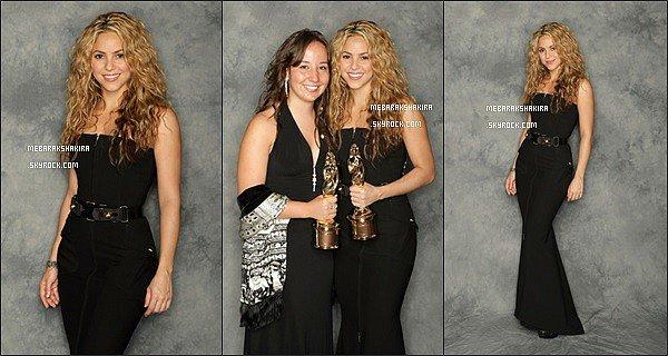 17 août 2008 : Shakira était au Humanitatian award àPasadena en Californie Shakira était très belle et très souriante  (comme toujours). J'aime assez sa tenue noir, elle était très jolie comme ça.
