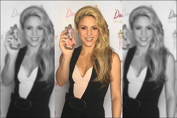 5 décembre 2016 : Shakira durant la promotion de son nouveau parfum DANCE à Santiago au Chili  Elle est juste superbe ! J'aime beaucoup sa combinaison et ne parlons pas de ses cheveux... Quelle magnifique crinière *_*