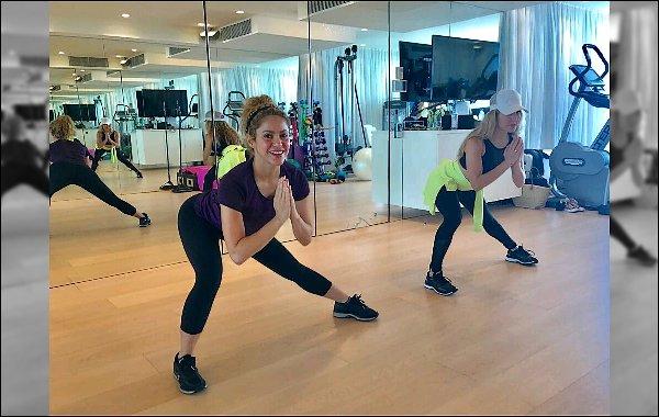 27 Septembre 2017 : Shakira Mebarak a été vu sortant de sa voiture dans les rues deBarcelone Shakira était sublime avec sa belle crinière de lionne, j'ai bien sa tenue ainsi que ses bottines, c'est un TOP pour moi :)