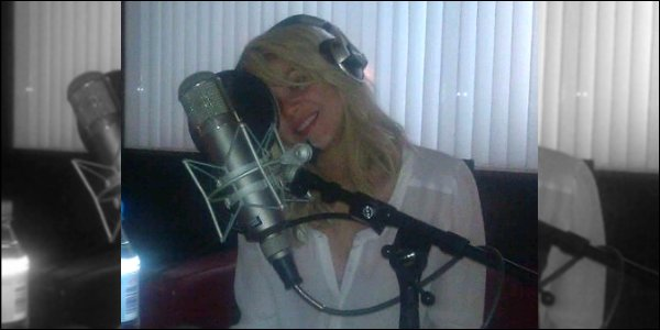 """26 mai 2012 : Shakira a posté une nouvelle photo d'elle dans un studio d'enregistrement """"Je dois maintenant chanter avec ma tête penchée, car mon ingénieur est si paresseux, qu'il ne redressera pas mon micro. Shak"""""""