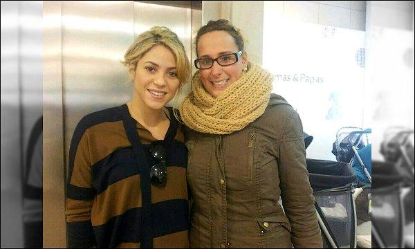 7 novembre 2012 : Shakira a été pris en photo avec une fan dans un magasin pour bébé à Barcelone Shakira est à la fois adorable et magnifique ! J'adore sa petite frimousse. La belle prépare l'arrivée du bébé mais n'en oubli pas ses fans :)