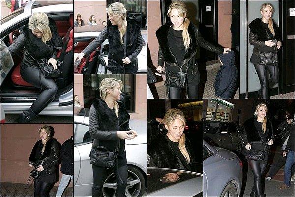 16 décembre 2012 : Shakira sortant de sa voiture pour se rendre en studio d'enregistrement à Barcelone Shakira Mebarak était superbe à à peine un mois de son accouchement, j'aime beaucoup son total look noir, un TOP, vos avis ?