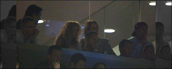 29 Septembre 2015 : Shakiraétait dans les gradin duCamp Noupour assister au match du FC Barcelona Dommage qu'il n'y ait qu'une photo de très mauvaise qualité pour cette sortie. Shakira semblait avoir les yeux rivé sur le match