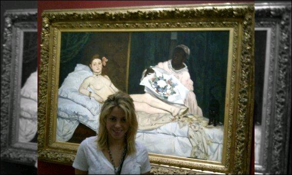 """16 août 2012 : Shakira a pris une photo d'elle devant Olympia d'Édouard Manet au Musée d'Orsay à Paris Légende de la photo """"Moi, devant l'une des peintures les plus controversées et scandaleuses de l'histoire de l'art... Shak"""""""