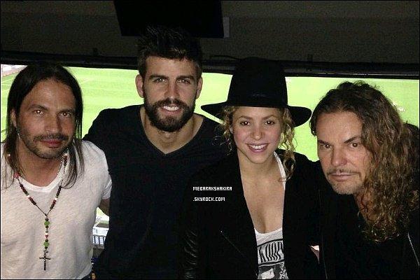 24 novembre 2014 : Le groupe mexicainMana a posté sur Twitter une photo de Shakira, Gerard & d'eux lorsqu'ils étaient au stade du Cam Nou à Barcelone le 22 novembre dernier.