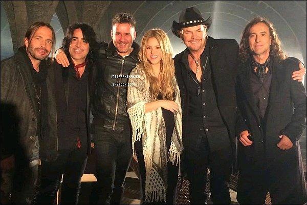 """26 novembre 2014 : Le groupe Maná a posté une photo de Shakira et eux sur le compte Twitter """"Maná et Shakira ensembles dans un nouveau projet musical ! Photo sur le tournage à Barcelone de #MiVerdad"""""""