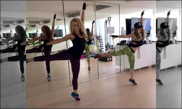 """1er Octobre 2015 : Shakira a posté une ancienne photo d'elle et son coach Anna Kaiser en studio Légende de son tweet : """"#TBT dancing with @TheAnnaKaiser"""". J'aime beaucoup sa tenue de sport elle est toute jolie avec."""