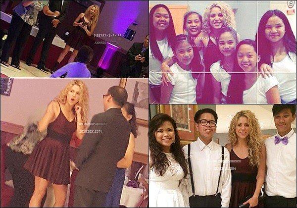 12 Septembre 2015 : Shakira a pris quelques photos avec des fans à une soirée à Barcelone Shakira était toute jolie. j'aime bien sa petite robe et ses cheveux frisés. Son sourire est tout simplement magnifique.