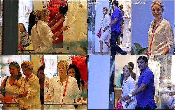 29 Juillet 2012 : Shakira et Gerard ont été vu se rendant chez les parents de Gerard à Barcelone Shakira est toute belle et toute simple, c'est mignon de les voir tous les deux se promenant main dans la main