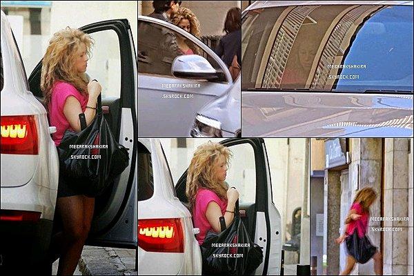 14 avril 2015 : Shakira allant au salon esthétique Casellas à Barcelone