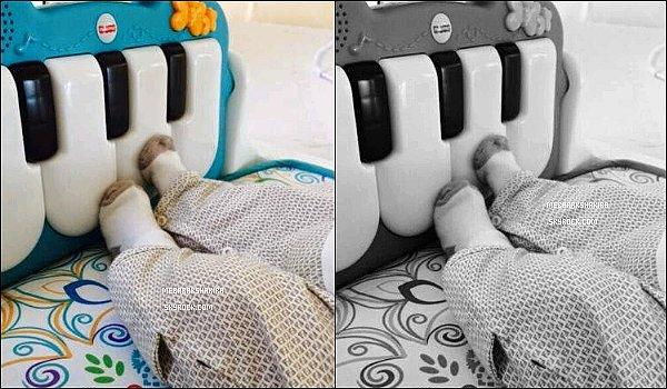 30 mars 2015 : Shakira a posté une photo sur Twitter des jambes de Sasha faisant de l'exercice en s'amusant avec un des jouets de la collection de Shak pour Fisher Price