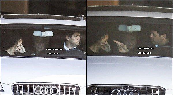 23 février 2015 : Shakira sortant en voiture de la clinique Teknon accompagné de sa mère et son frère