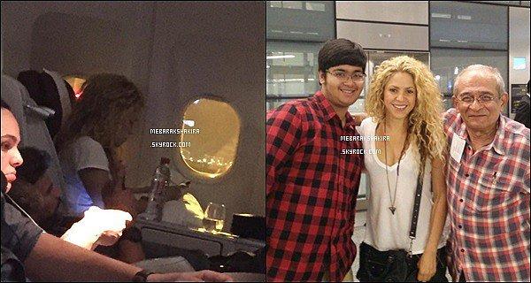 23 Juin 2015 : Shakira a été vue dans l'avion en direction de l'Espagne. Elle était superbe une nouvelle fois Mlle Mebarak a également pris une photo avec des fans qui se trouvaient dans l'aéroport en même temps qu'elle, quelle chance !