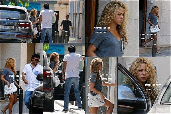 21 Juillet 2015 : Shakira - sans maquillage - est allée à un salon de beauté à Barcelone Elle est tout simplement magnifique au naturel ! S. a l'air mal réveillé sur la photo où on la voit de face, elle est adorable !