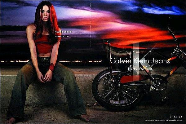 Calvin Klein a récemment publié une ancienne photo de publicité de Shakira sur Twitter - Comment la trouvez-vous ? Shak est ravissante en rousse mais il y a trop de retouches... On la reconnait à peine