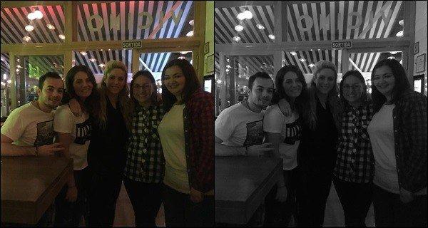 22 février 2017 : Shakira a pris une photo avec des fans dans un restaurant à Barcelone Elle est mignonne et naturelle comme à son habitude et toujours prête à poser avec ses fans lorsque l'occasion se présente :)